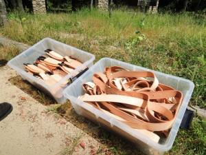 革製のケースにおさまる剪定ハサミとベルトたち。