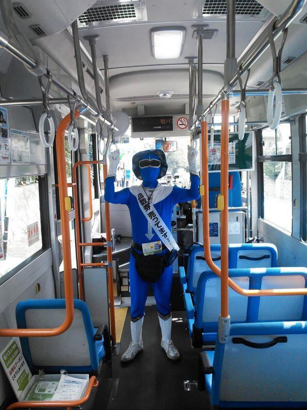 坂バス車内でふんばる私(momo山歩さん撮影)