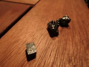 実はこんなものもありますよ、と出された小さな石は外国に落ちた「隕石」!小さいけれどずっしり金属の重さが。