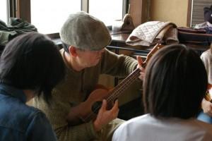 山レレ教室=摩耶山でウクレレ教室