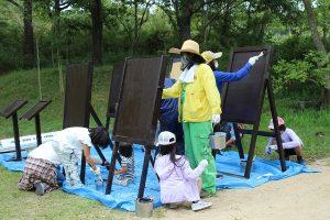 真野響子名誉園長とペンキ塗り @ 神戸市立森林植物園